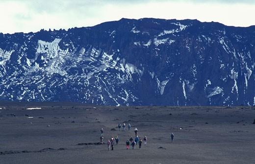 Islande, région de Dyngjufjoll, randonneurs sur une coulée de lave de 1961 dans la caldeira du volcan Askja : Stock Photo