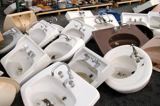 IN*44. Nantes, salle des ventes de Emmaüs, lavabos et éviers d'occasion en vrac : Stock Photo