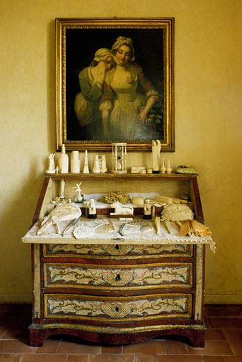 Meuble ancien peint avec des objets de toiletteen ivoire et un tableau : Stock Photo