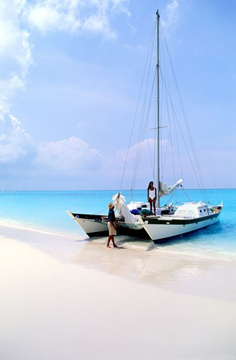 Turks et Caicos archipelago, arrival in Pine Cay island with a catamaran : Stock Photo