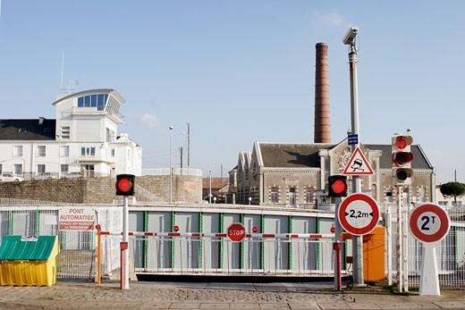 Stock Photo: 1606-51116 France, Pays de la Loire, Loire atlantique, Saint Nazaire, mobile bridge lock, street signs