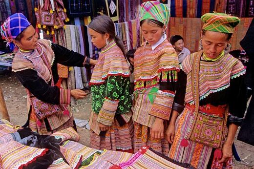 Vietnam, North-West district, Bac Ha market, Hmong women : Stock Photo