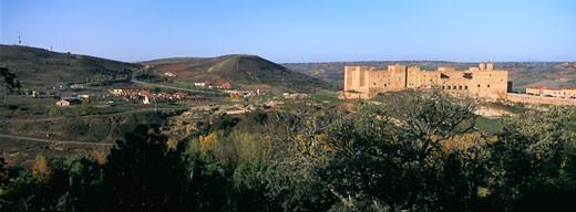 Espagne, province de Guadalajara (Communaute autonome de Castilla La Mancha) : le Parador de Siguenza (chateau medieval du XII eme siecle) perche au sommet du village : Stock Photo