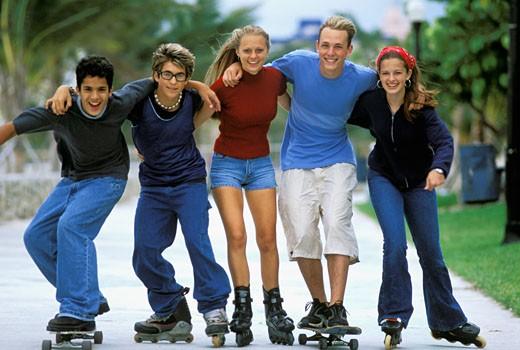 Stock Photo: 1606-60232 Groupe 5 adolescents (dont 2 filles) en rollers, l'un en skate