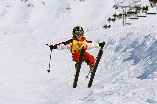 :Noé sur skis, sautant, bras écartés, casque, lunettes, télésièges sur le côté : Stock Photo