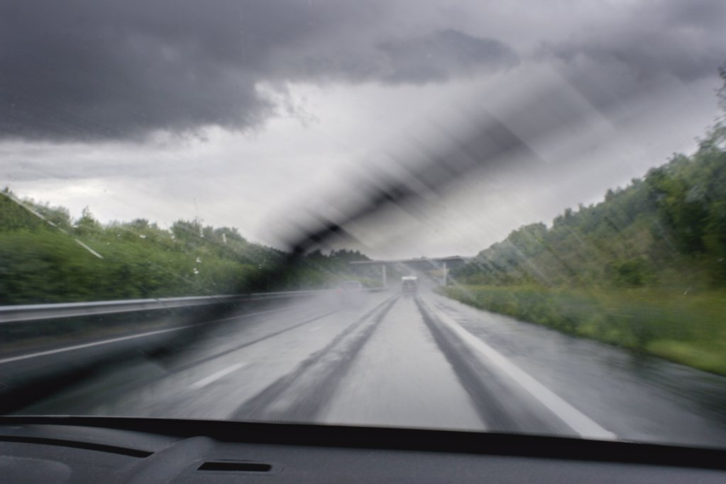 Stock Photo: 1606-61914 France, motorway, windshield wipers