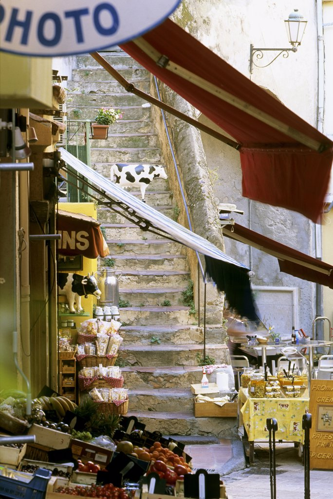 Stock Photo: 1606-62027 France, Provence-Alpes-Côte d'Azur, Var, St Tropez, alley in the old town with grocery and old stone stairs
