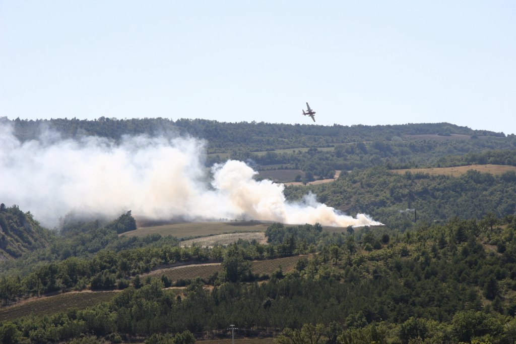 Stock Photo: 1606-62331 France, Provence, Vaucluse, Viens, water bomber flying over fire