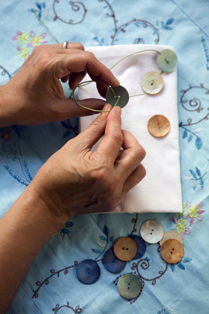 Stock Photo: 1606-64321 Boutons de nacre servant a décorer une serviette