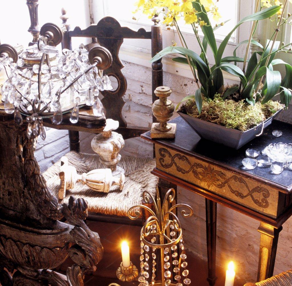 Intérieur d'un antiquaire avec des bois sculptés et lustres anciens : Stock Photo