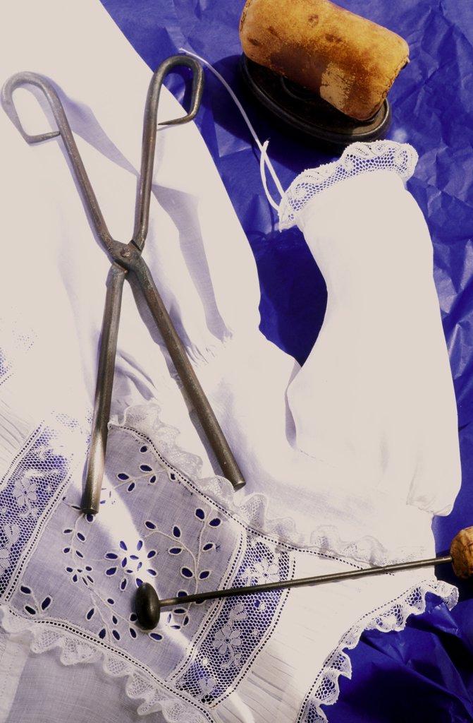 Robe ancienne avec des broderies et fer a repasser ancien et fer a gauffrer : Stock Photo
