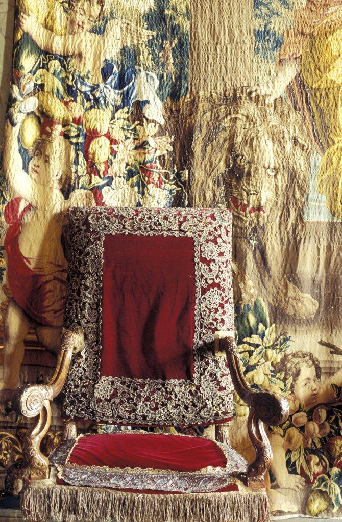 Fauteuil 17éme devant une tapisserie ancienne style Gobelin : Stock Photo