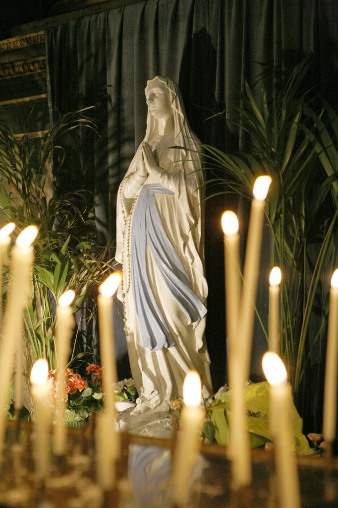France, Ile-de-France, Paris, église de la Madeleine, statue of Virgin Mary and candles : Stock Photo