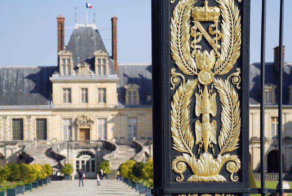 France, Ile-de-France, Seine-et-Marne, château de Fontainebleau, portal and cour du Cheval Blanc : Stock Photo