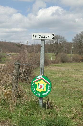 "France, Burgundy, Morvan national park, ""Gîte de France"" panel in a field : Stock Photo"