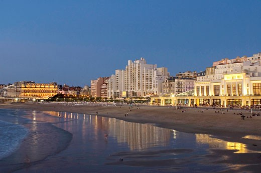 Stock Photo: 1606-69079 France, Aquitaine, Pays Basque, Biarritz, hotel and casino on the beach