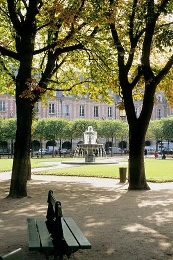 Stock Photo: 1606-70585 France, Paris, 4th arrondissement, Place des Vosges in summer, fountain