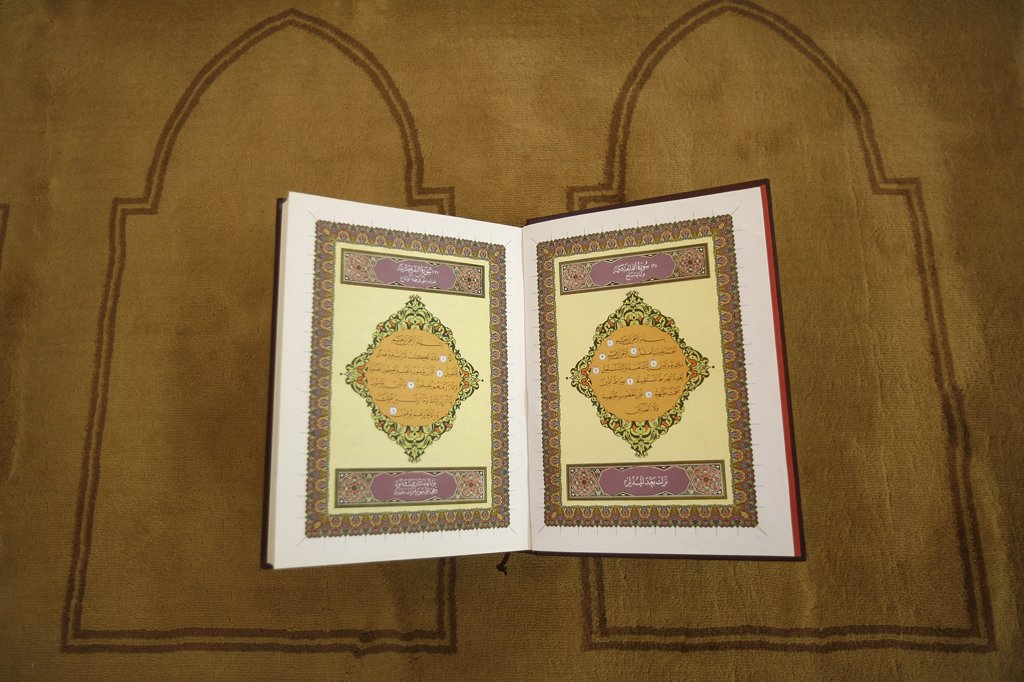 Stock Photo: 1606-72143 Suisse, Genève, Open koran (first page)