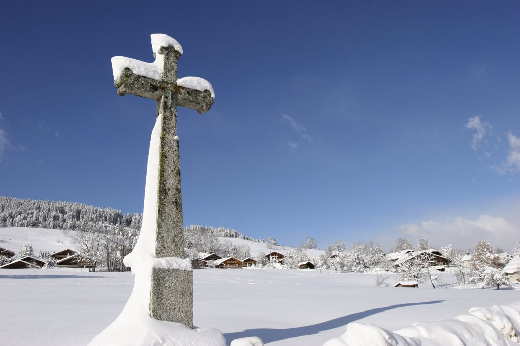 Stock Photo: 1606-73024 France, Haute Savoie, Megève, Snowy cross