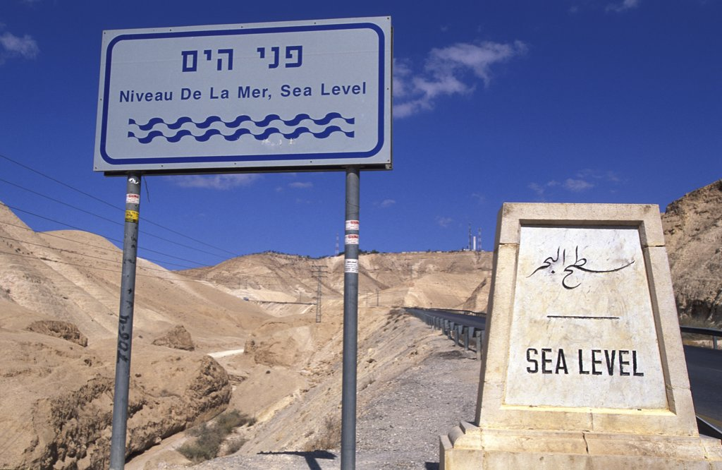 Israel, Judée, Jérusalem, Sea level sign : Stock Photo