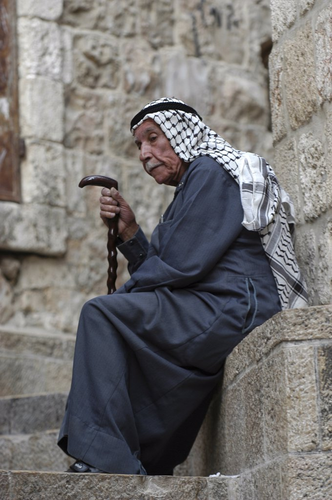 Israel, Jérusalem, Palestinian old man resting in East Jerusalem : Stock Photo