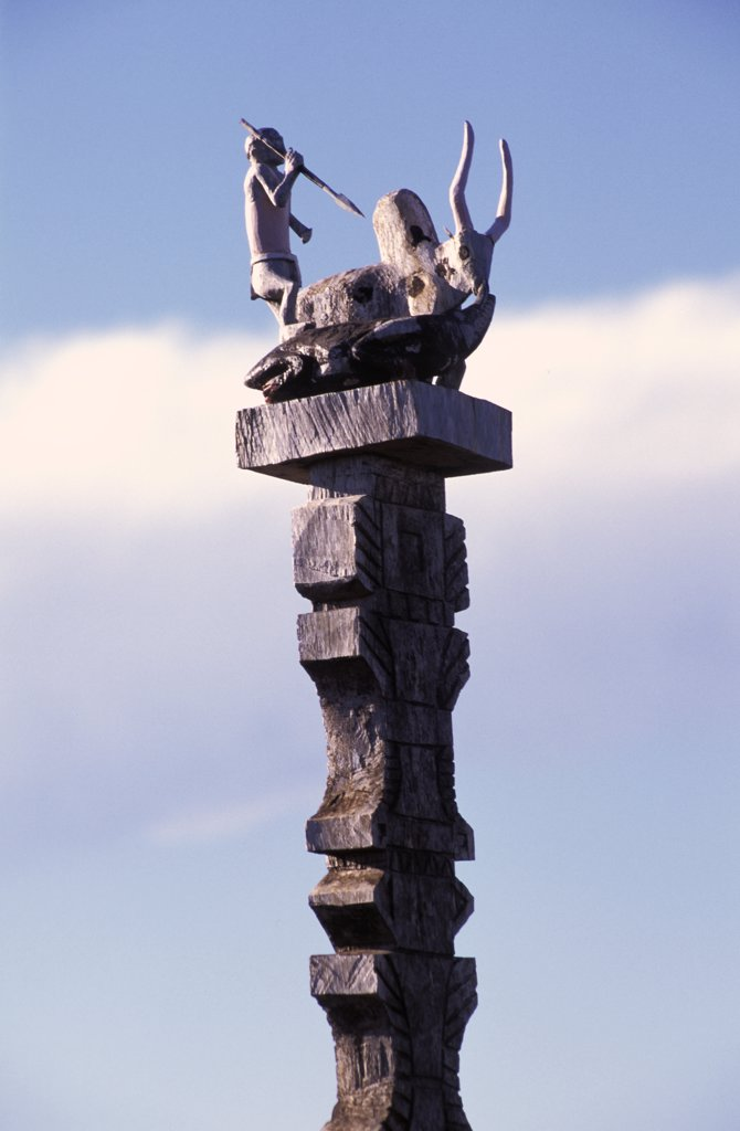 Madagascar, wooden sculpture at the top of a column : Stock Photo