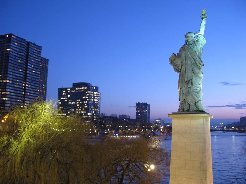 France, Paris, Beaugrenelle, statue of Liberty and river Seine : Stock Photo