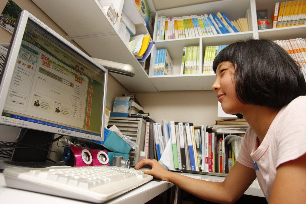 Core du Sud, Soul, Girl using internet : Stock Photo