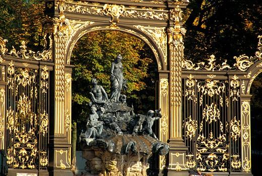 54, Nancy, place Stanislas , fontaine rocaille d'Amphitrite du sculpteur Guibal et grilles de Jean Lamour. (18ème siècle)  ensemble inscrit au patrimoine mondial de l'Humanité : Stock Photo