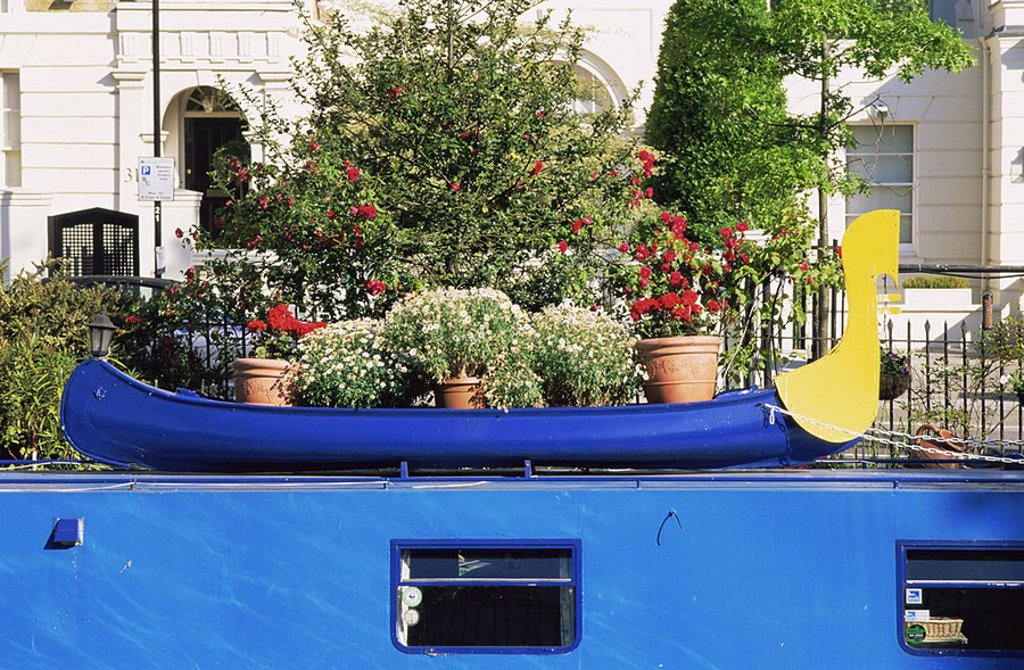 England,London,Little Venice,Garden Display on Canal Boat : Stock Photo