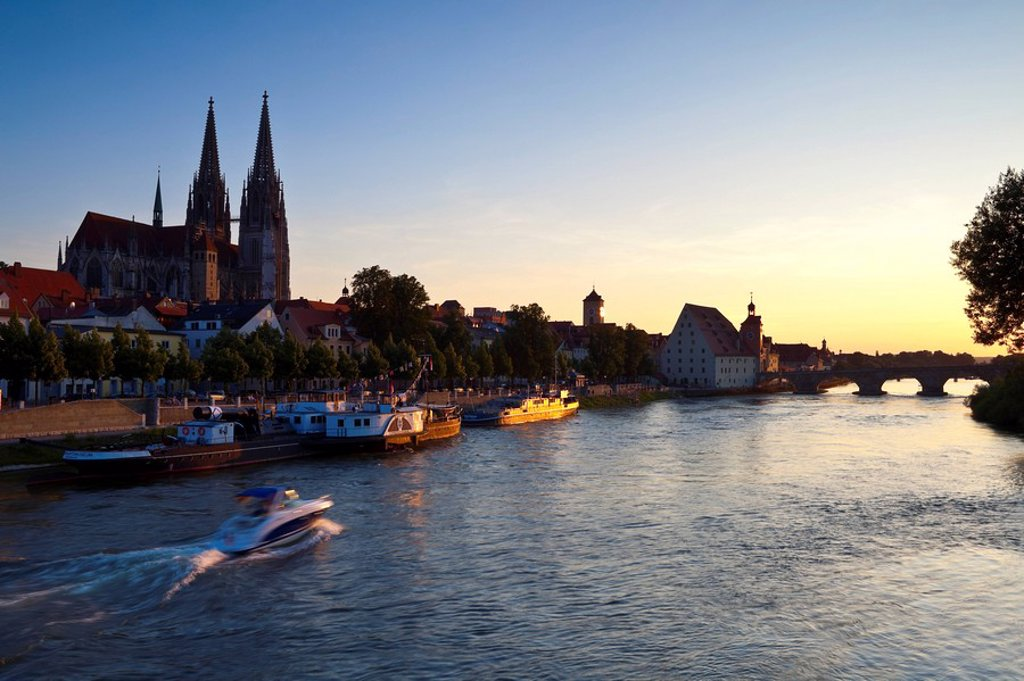 Stock Photo: 1609-33271 Dom St. Peter cathedral and the River Danube, Regensburg, Germany