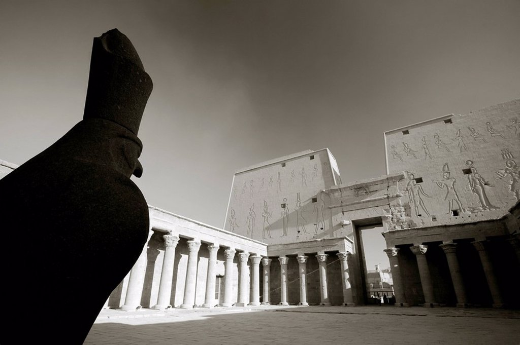 Stock Photo: 1609-35599 Egypt, Edfu, Temple and Statue of Orus the Hawk God, Protector of Osiris