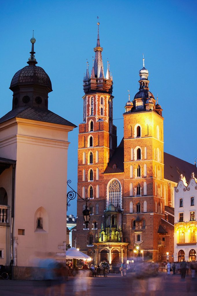 Stock Photo: 1609-39332 St Mary´s Church in Main Market Square Rynek Glowny at dusk, Krakow, Poland