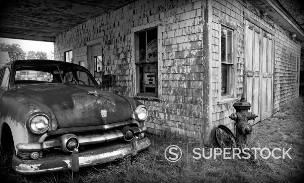 Stock Photo: 1609-44968 USA, Maine, Potter, Old Gas Station