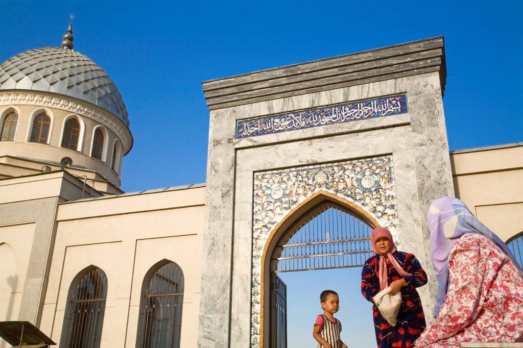 Stock Photo: 1609-45392 Uzbekistan, Tashkent, Woman near entrace of 15th century Juma _ Friday mosque
