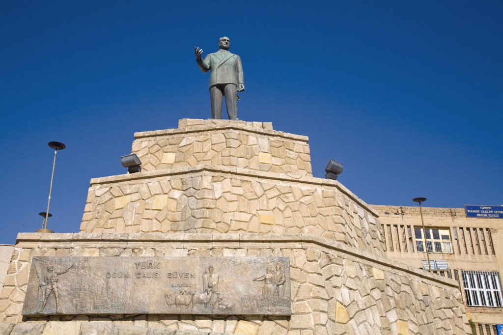 Stock Photo: 1609R-31506 Turkey, Eastern Turkey, Mardin, Museum, Republic square, Statue of Ataturk