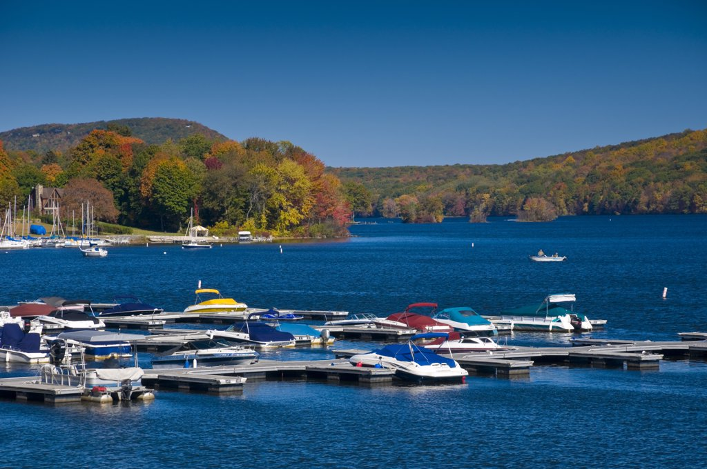 Stock Photo: 1609R-32417 USA, Connecticut, Lake Candlewood
