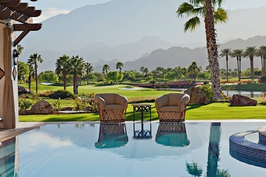 Stock Photo: 1654-50143 Palm Springs, USA. View of idyllic landscape with mansion swimming pool in foreground