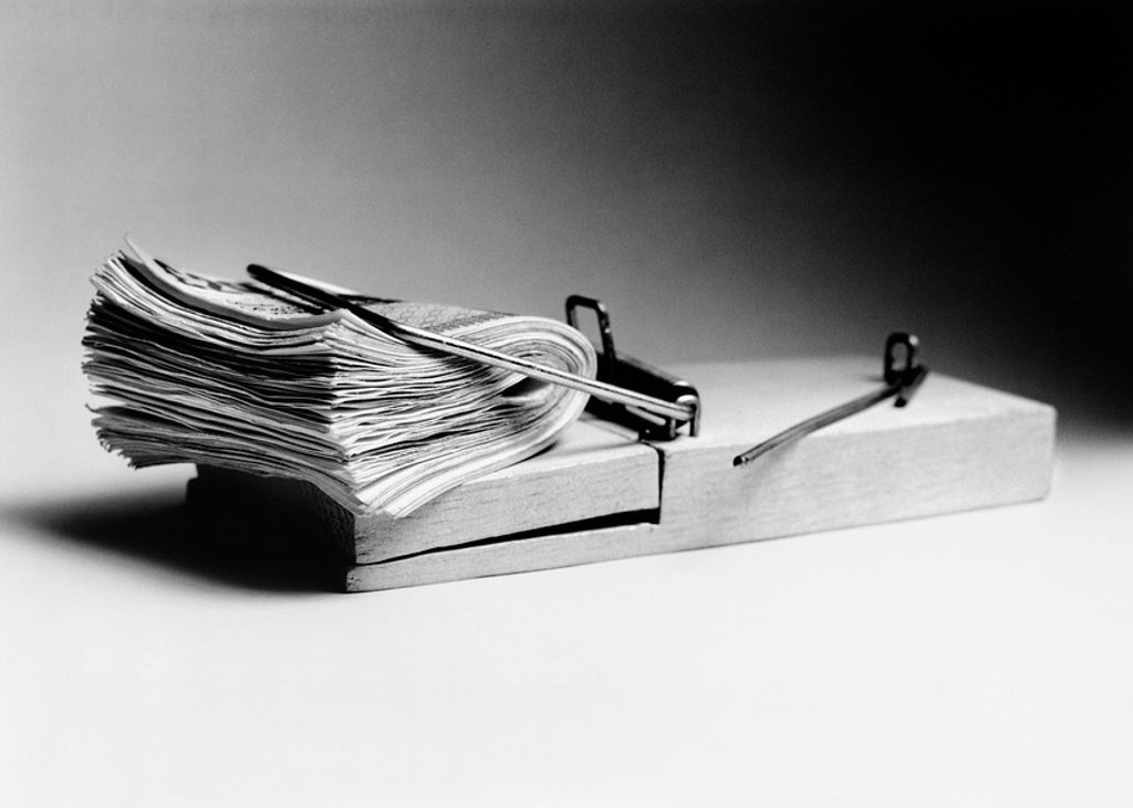 Stock Photo: 1654R-8181 Mouse trap with wad of cash as bait b&w