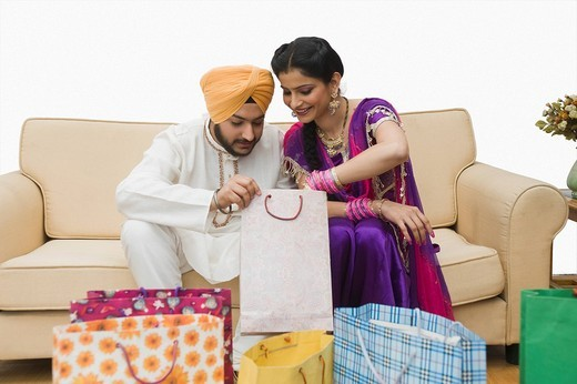Stock Photo: 1657R-37149 Sikh couple checking shopping bags