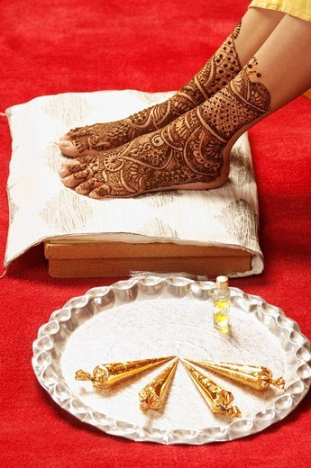Close_up of a bride´s feet with henna decoration : Stock Photo