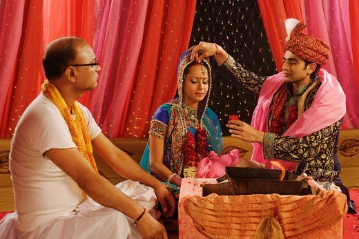 Couple performing Sindoor Daan ceremony in wedding mandap : Stock Photo