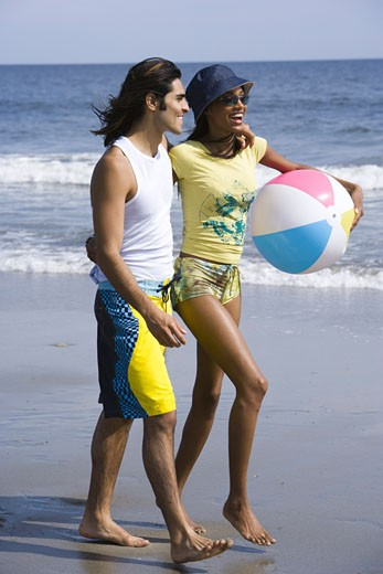 Stock Photo: 1660R-3101 Profile of a young couple walking on the beach