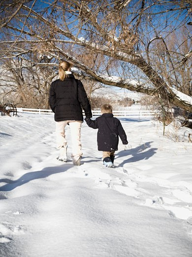 Stock Photo: 1660R-38332 mother and child in the snow