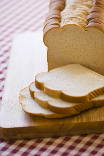 Stock Photo: 1660R-3985 High angle view of bread slices on a cutting board