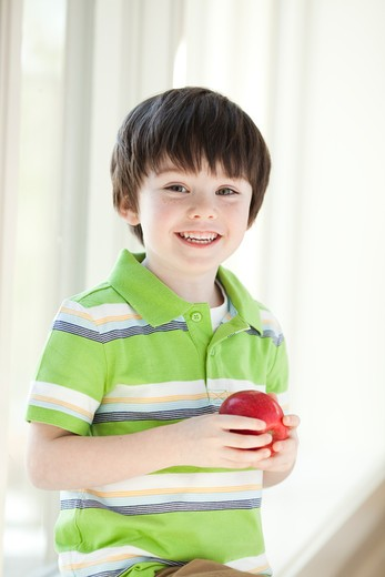 Stock Photo: 1660R-49633 USA, Utah, Portrait of smiling boy (4-5) holding apple