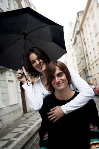 Stock Photo: 1660R-51381 Couple with umbrella in the rain