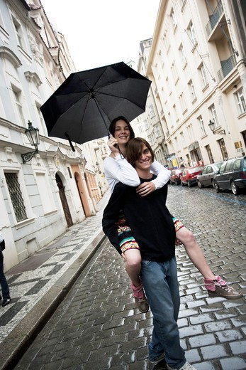 Stock Photo: 1660R-51382 Couple with umbrella in the rain