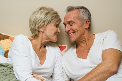 Mature couple in bed reading : Stock Photo