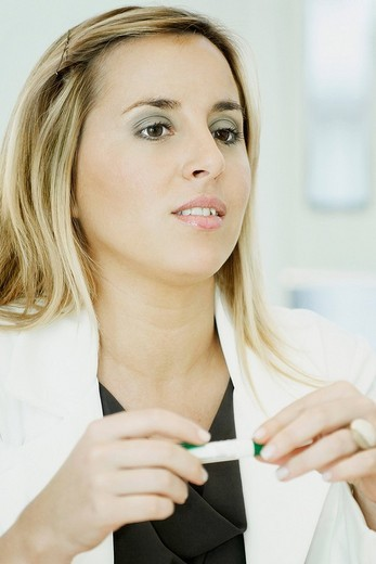Close_up of a businesswoman holding a pen : Stock Photo